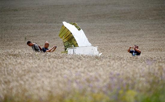 На месте крушения самолета рейса MH17. Июль 2014 года