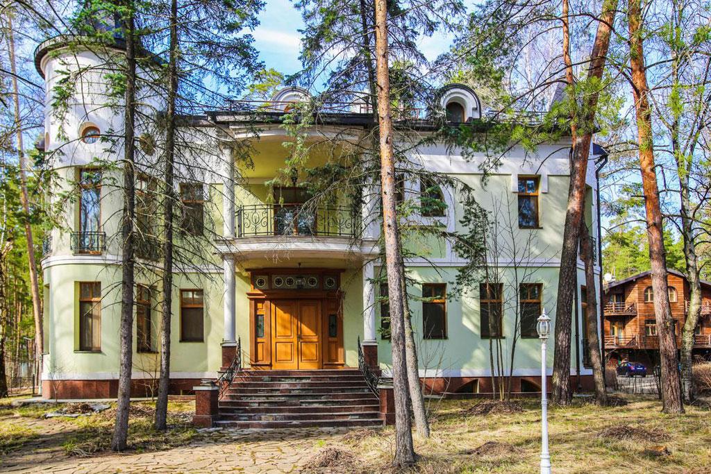 Дом находится впоселке «Серебряный бор», расположенном в1км отМосквы поНоворижскому шоссе
