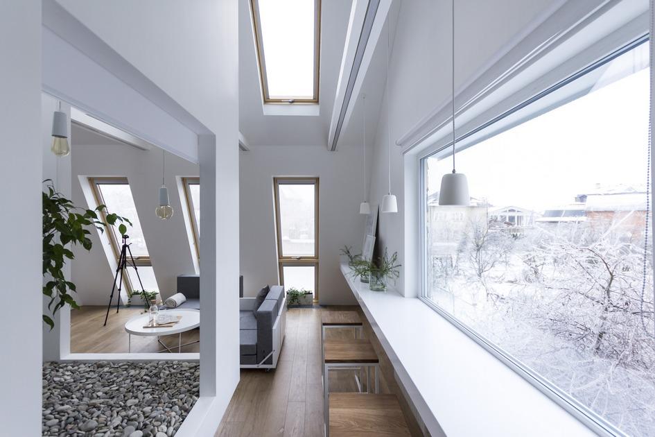 Вокруг «живого уголка» обустроены привычные жилые зоны — гостиная, гардеробная и место для просмотра телевизора