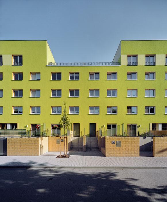 Из старых стандартных планировок квартир сделаны 18 разных вариантов, втом числе пять мезонинных апартаментов иквартиры напервом уровне ссобственным садом