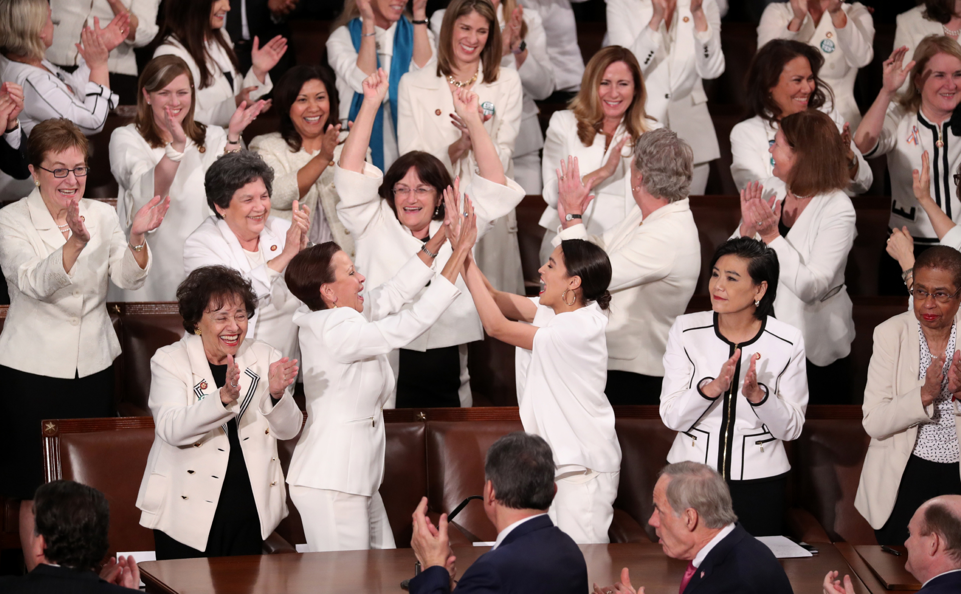 Женщины— члены палаты представителей от Демократической партии радуются попаданию в конгресс