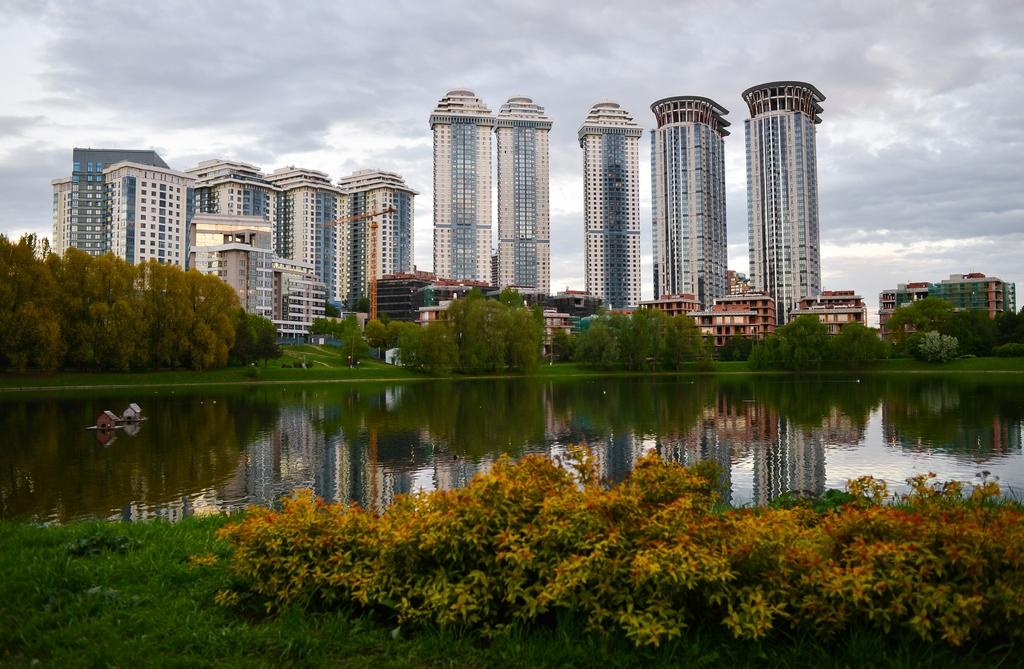 Вид на ЖК «Воробьевы горы» и Мосфильмовский пруд