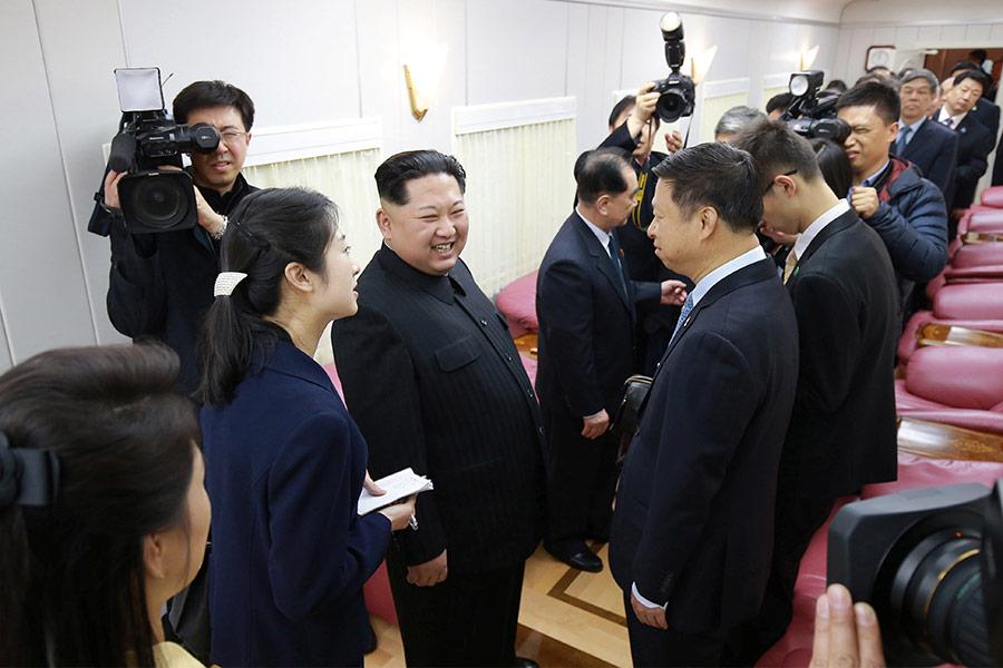 Северокорейский лидер Ким Чен Ын вместе с женой Ли Соль Чжу