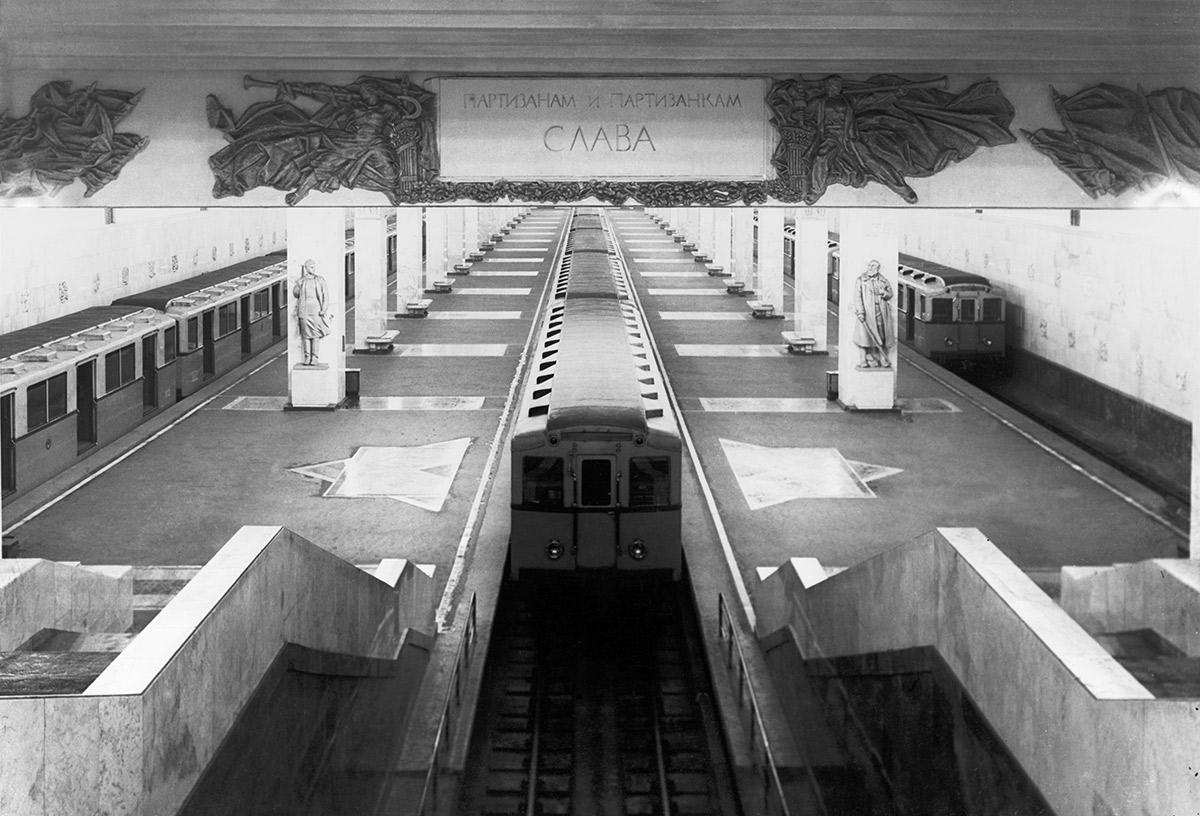 Поезда на станции метро «Партизанская». Точная дата съемки не установлена, ориентировочно 1945 год