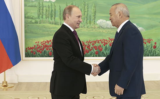 Президент России Владимир Путин и президент Узбекистана Ислам Каримов (слева направо) во время переговоров в резиденции президента Узбекистана «Куксарой»