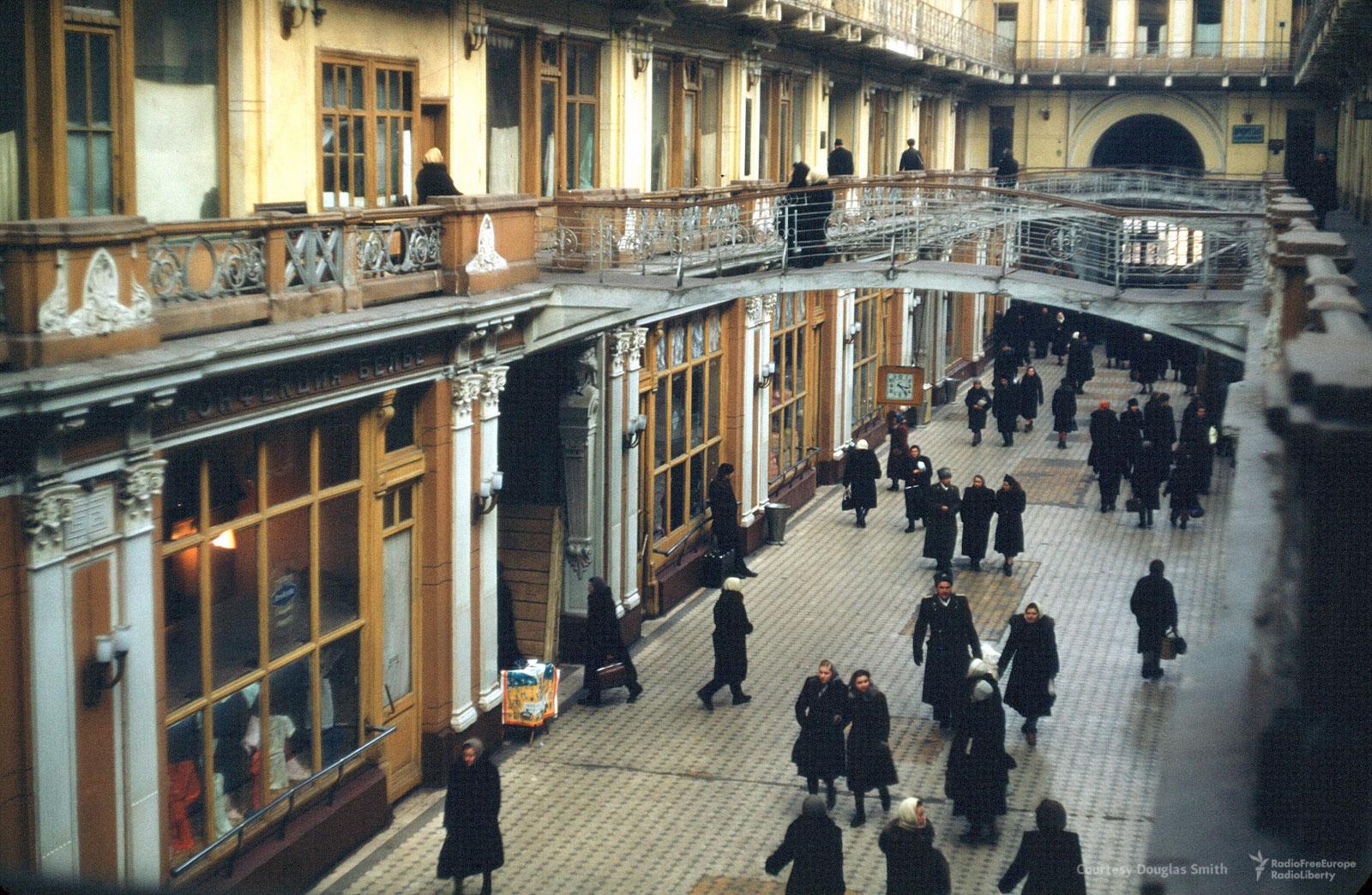 Покупатели вПетровском пассаже