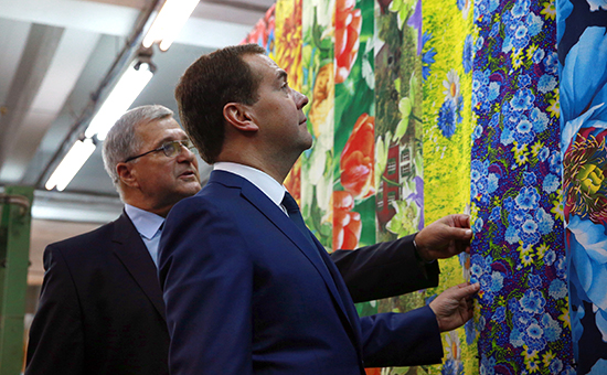 Премьер-министр Дмитрий Медведев на текстильной фабрике в Иваново  Архивное фото