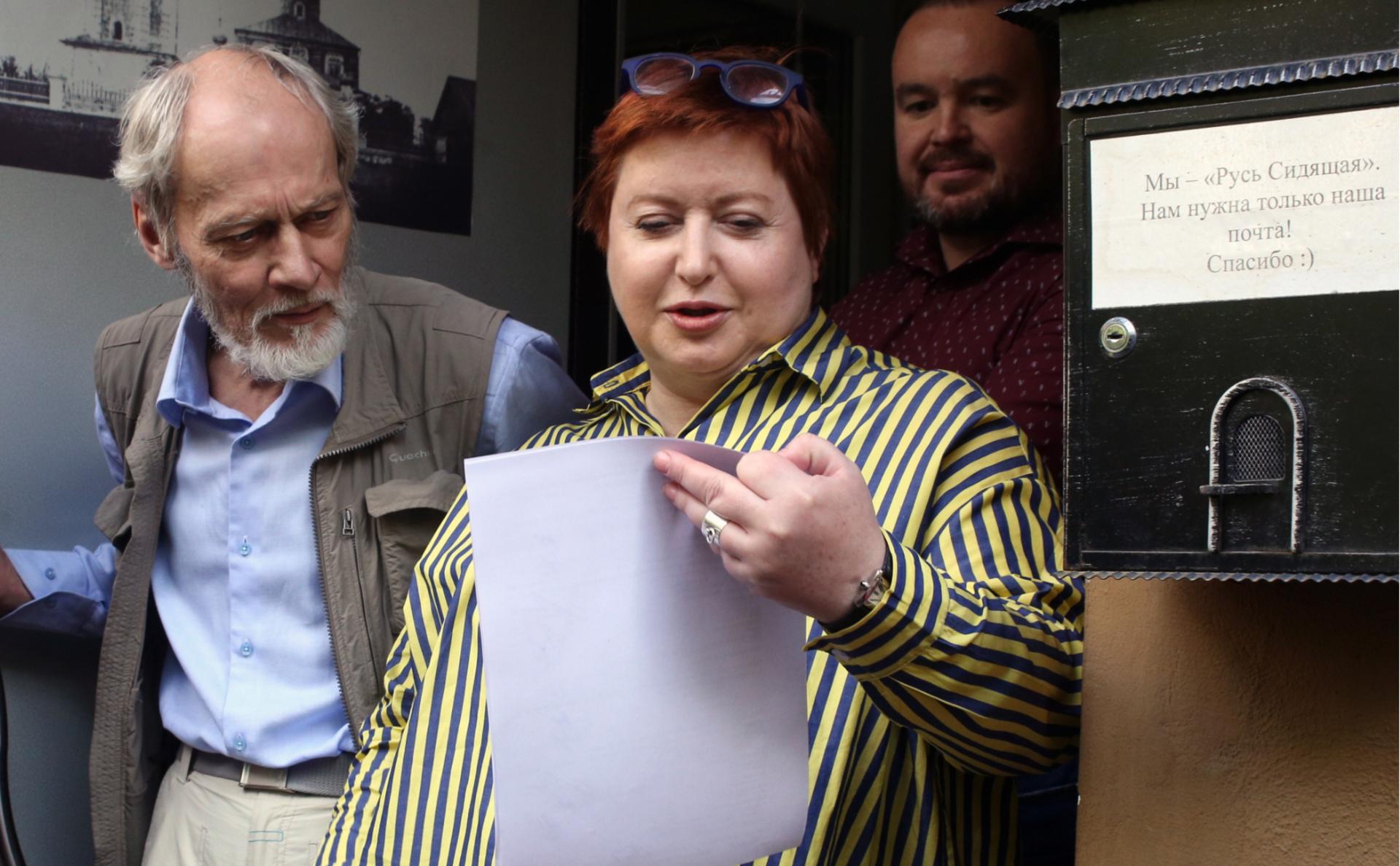 Ольга Романова увхода в офис организации «Русь сидящая»