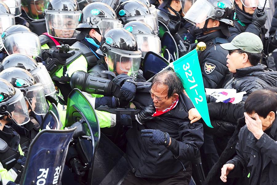 Столкновения митингующих с полицией в Сеуле.