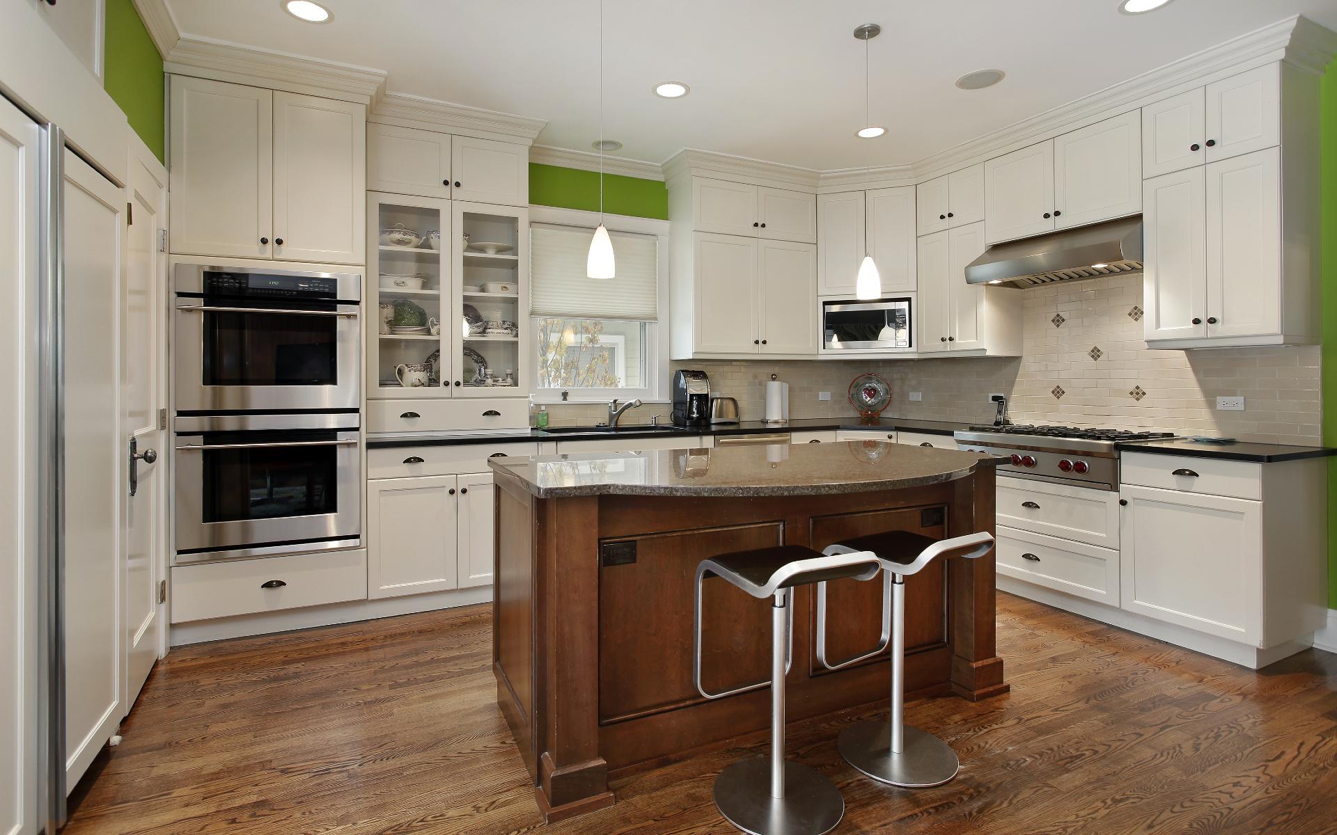 Кухня для такого решения должна быть большой, не менее 12 м, а лучше и вообще от 15 м