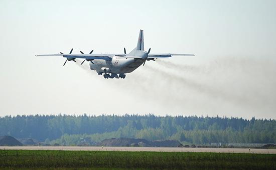 Самолет ВВС РФ вовремя взлета среагентами наборту, предназначенными дляразгона облаков вцеляхобеспечения благоприятных погодных условий встолице вовремя празднования Дня Победы, май 2012 года