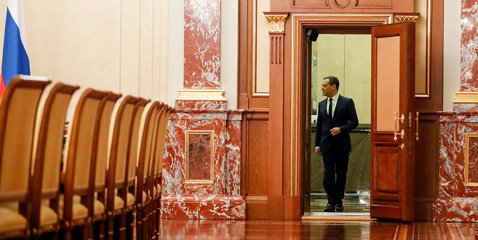 Премьер-министр РФ Дмитрий Медведев перед встречей с членами правительства РФ в Доме Правительства РФ