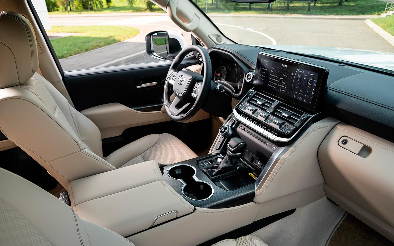 Интерьер Land Cruiser 300 стал современнее, чем у «двухсотки», но сохранил строгий кабинетный стиль без намека на роскошь.