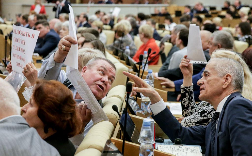 Первый заместитель председателя комитета Госдумы РФ пообразованию инауке Геннадий Онищенко (справа)
