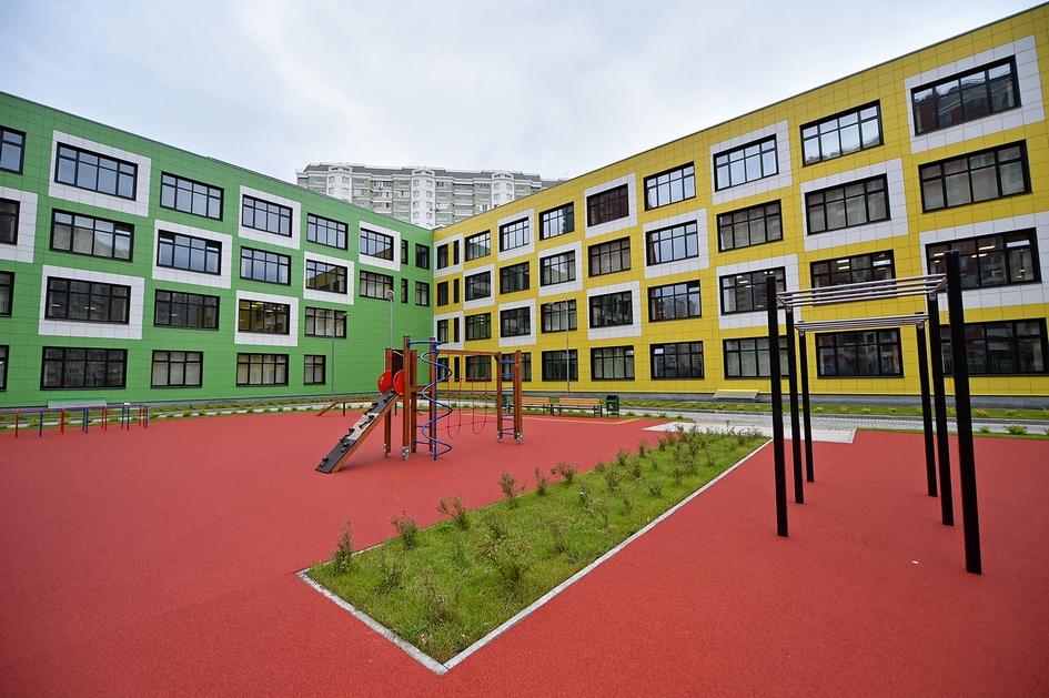 Здание разделено на корпуса старшей, средней и младшей школ с отдельными входами. Фасад каждого корпуса имеет индивидуальное цветовое решение, что должно помочь ученикам ориентироваться в новом здании