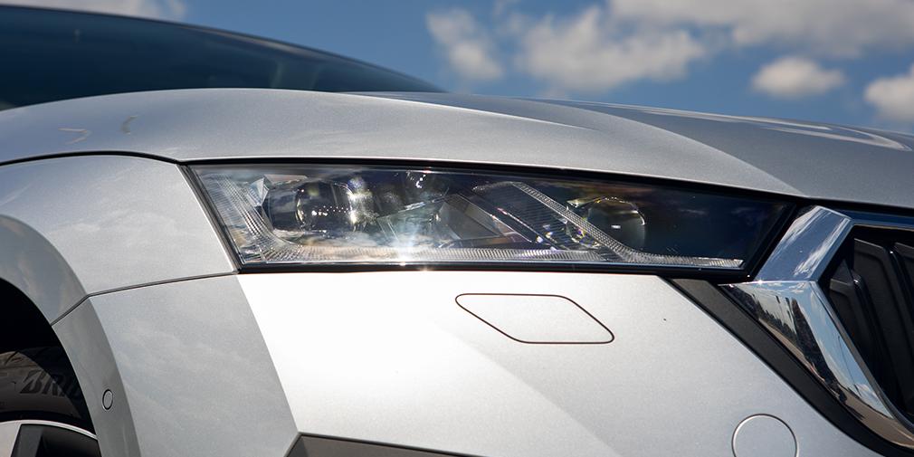 Octavia нового поколения с индексом А8 еще сильнее раздобрела, а из-за мускулистого дизайна выглядит даже крупнее, чем есть на самом деле