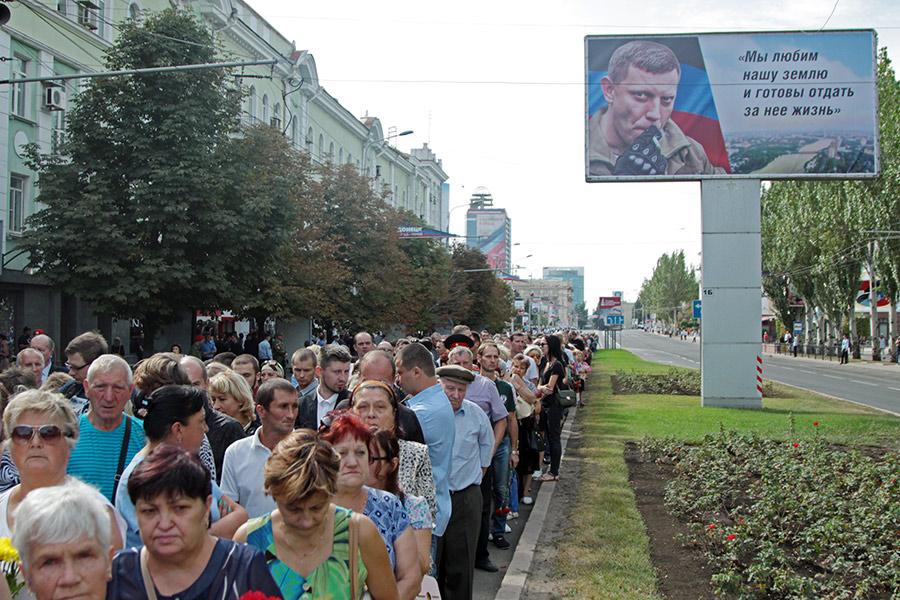 Жители города в очереди у здания донецкого театра оперы и балета, где проходит прощание с главой ДНР