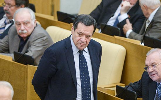 Председатель комитета Государственной Думы РФ по бюджету и налогам Андрей Макаров на пленарном заседании нижней палаты российского парламента