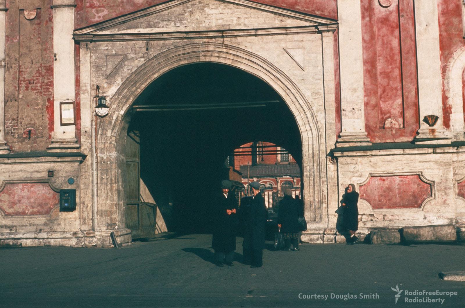 Вход вДонской монастырь вМоскве