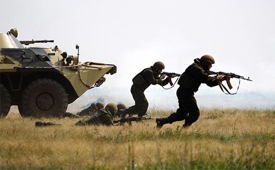 Сотрудники Федеральной службы войск Национальной гвардии РФ (Росгвардии) вовремя учений