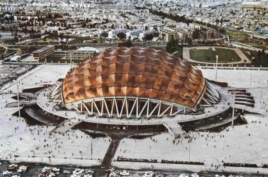 Купол Дворца спорта диаметром 120м сконструирован из алюминиевых квадратных секций с острыми вершинами, защищенных водостойкой фанерой с медным покрытием. Площадь арены составляет 27 тыс. кв. м; она может принять до 20 тыс. человек во время спортивных мероприятий и до 26 тыс. — во время музыкальных концертов