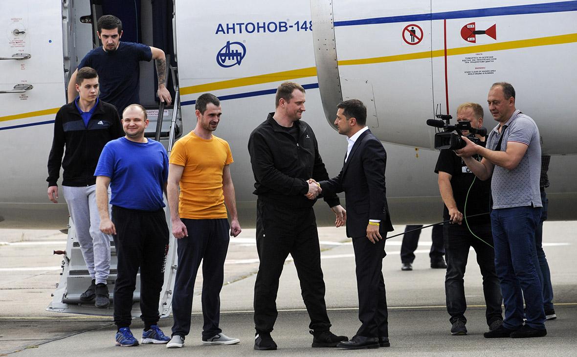 Владимир Зеленский (в центре) встречает украинских граждан, освобожденных Россией в рамках обмена, в аэропорту Борисполь