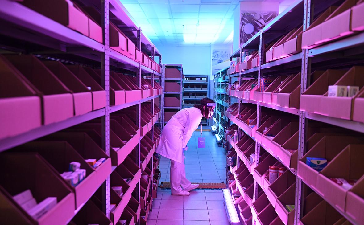 Фармацевт собирает лекарства по заказу
