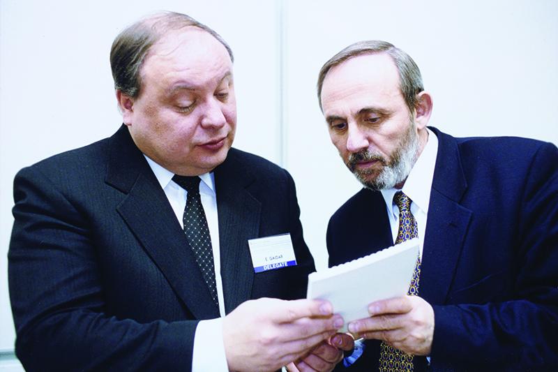 Егор Гайдар и Яков Уринсон на первой Апрельской конференции ВШЭ, 2000 год