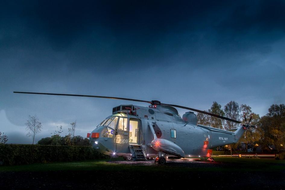 Helicopter Glamping приобрела старый военный вертолет на аукционе за £7 тыс. (562 тыс. руб.) в марте 2016 года. После этого компания на грузовике перевезла вертолет за 515км и оставила его на холме в шотландской деревне Торнхилл, где проживают чуть больше 1 тыс. человек