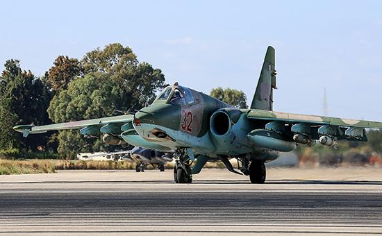 Российский штурмовик Су-25СМ нааэродроме Хмеймим передвылетом набоевое задание
