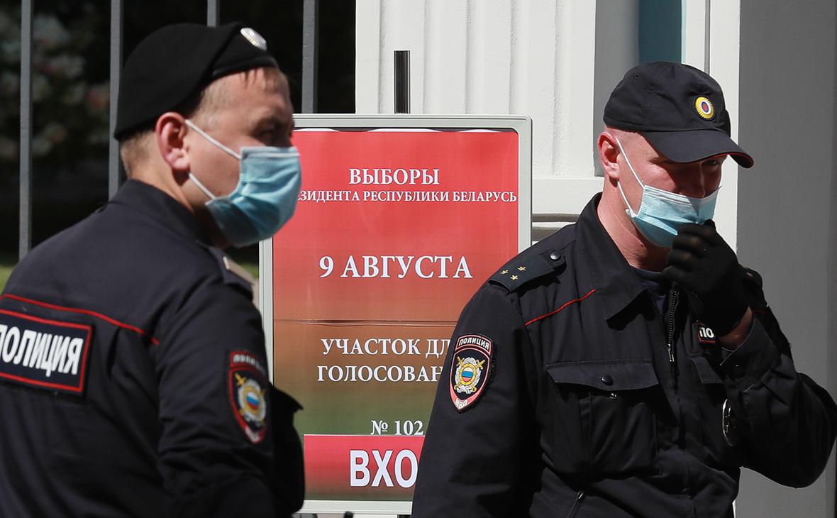 Сотрудники полиции у здания посольства Белорусии в Москве