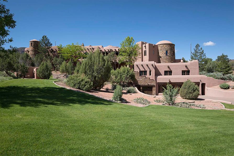 Стоимость: $149 млн Ранчо West Creek расположено на западе США в штате Колорадо на участке площадью около 26 тыс. кв. м. Достоянием участка является гора, на которой живут медведи и львы, и следы настоящего динозавра. В самом четырехэтажном ранчо 14 спален с ванными, игровая комната, спортзал, бассейн, спа, четыре фонтана, двухэтажная библиотека, отделанные мрамором колонны и арки, система геотермального отопления, гараж на пять машин и вертолетная площадка