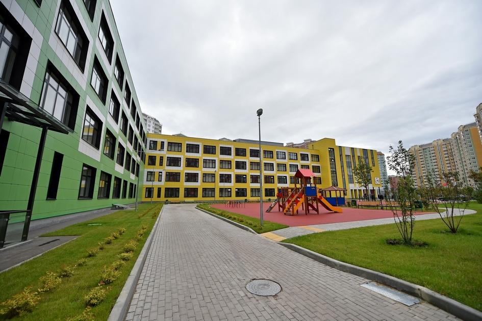 На территории школы обустроены площадки для проведения линейки, дорожки и тротуары, зоны для игр в мини-гольф, баскетбол, волейбол, бадминтон, настольный теннис, а также тренажеры и беговые дорожки из резиновой крошки