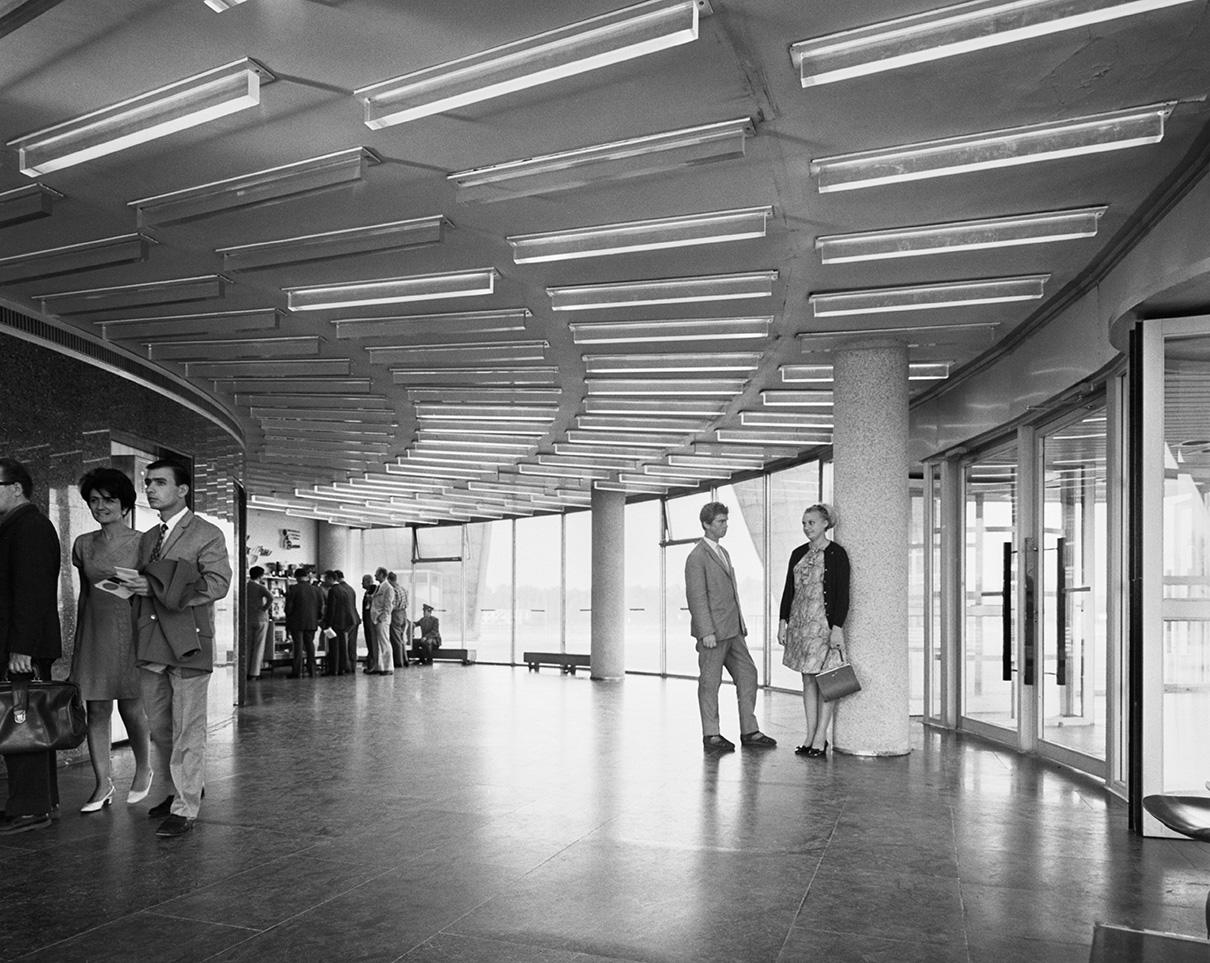В телебашне Останкино 45 этажей. Первые 16 этажей занимают вестибюль и техслужбы передающих станций