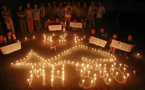 Индийские студенты отдают дань памяти пассажирам и членам экипажа пропавшего пассажирского лайнера Boeing 777-200 авиакомпании Malaysia Airlines, выполнявшего рейс MH370. Архивное фото