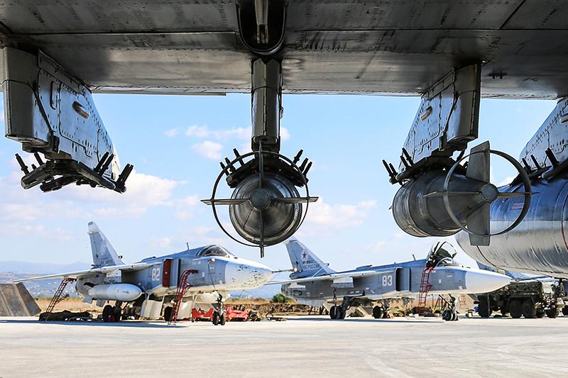 Су-24М  Основной рабочий самолет сирийской кампании. В течение операции было задействовано около30 единиц Су-24М набазе Хмеймим, сообщало «РИА Новости». По оценкам экспертов, вСирии осталось 9–12 самолетов.  Бомбардировщик Су-24 был разработан в1960-х, ав1975 году принят навооружение. Это первый вСССР ударный самолет тактической авиации. Комплект бортового радиоэлектронного оборудования позволяет ему вести бомбардировку круглосуточно иприлюбой погоде.  Модернизированный Су-24М был поставлен вВВС СССР в1981 году. Новая модификация обладает улучшенными боевыми возможностями благодарясовременному прицельному оборудованию ирасширенной совместимости суправляемым оружием. Бомбардировщик Су-24М может нести управляемые ракеты слазерным ителевизионным наведением.  Максимальная высота полета— 11км, максимальная боевая нагрузка— 8т, практический радиус действия— 600км