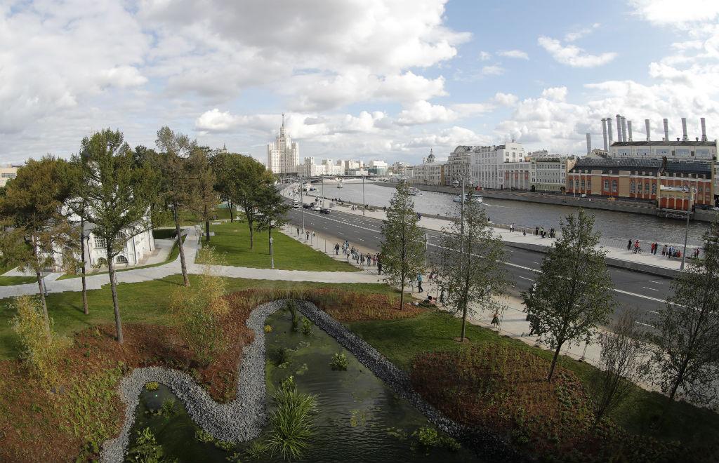 Инициатором создания парка у стен Кремля в 2012 году стал Владимир Путин. Комплекс «Зарядье» занимает 13 га между Васильевским спуском, улицей Варварка и Китайгородским проездом на месте снесенной гостиницы «Россия»
