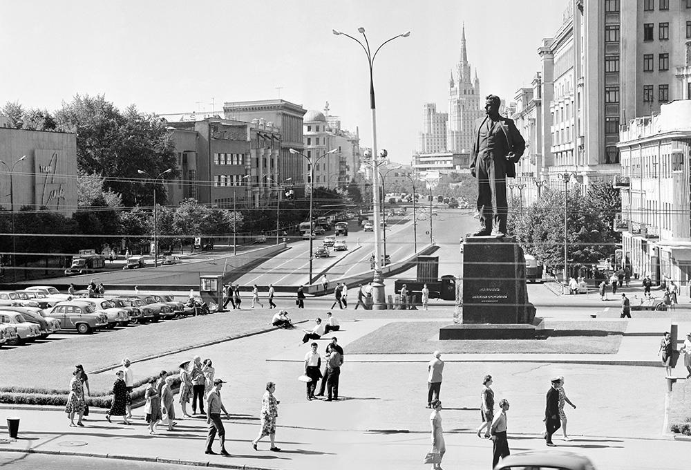 Вид на площадь Маяковского и памятник Владимиру Маяковскому, 1966 год