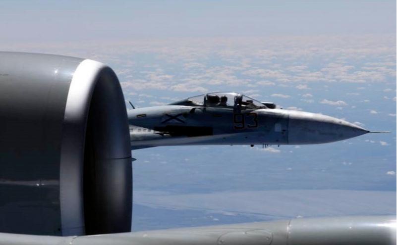 Американский RC-135U и российский Су-27 в небе над Балтийским морем. Июнь 2017 года
