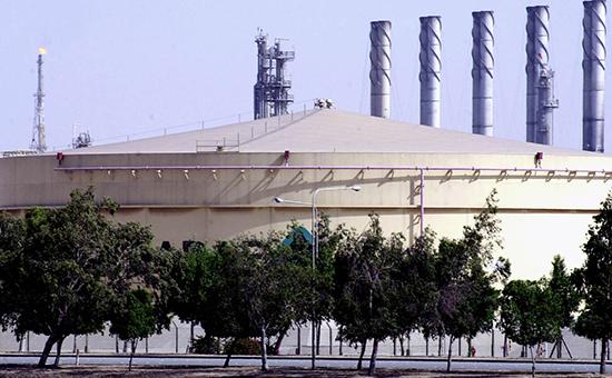 Топливный резервуарна нефтеперерабатывающем заводе Aramco в Джубайле, Саудовская Аравия