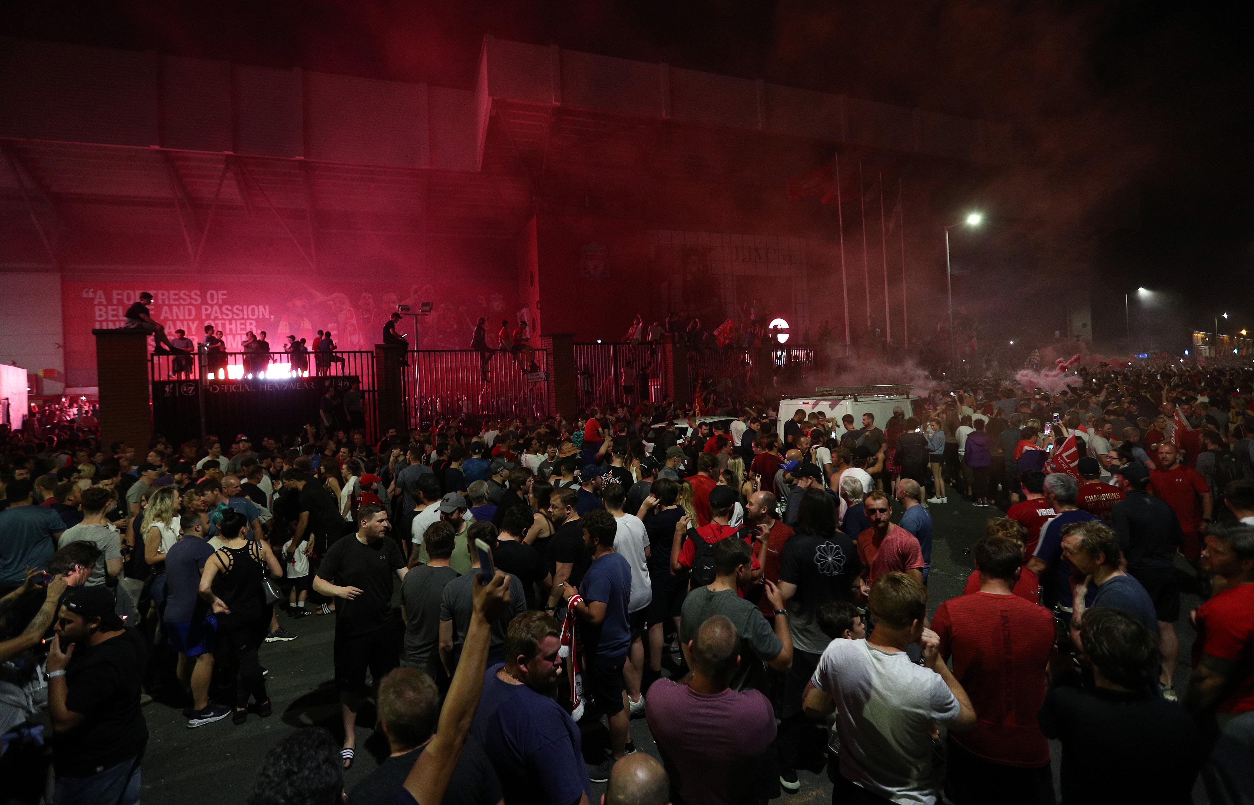 Вскоре у стадиона «Ливерпуля» собралось несколько тысяч человек
