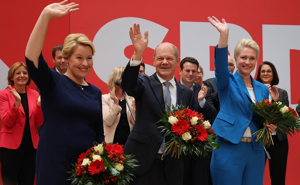 Олаф Шольц (в центре)