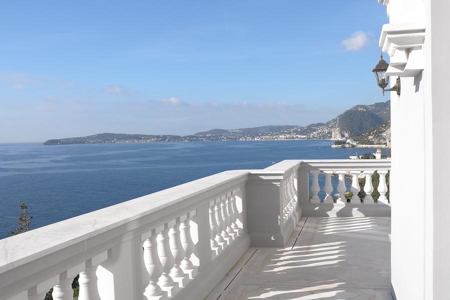 С террасы открывается вид на Средиземное море. На участке есть бассейн, сад, а также гараж для четырех машин и парковочные места еще для двух