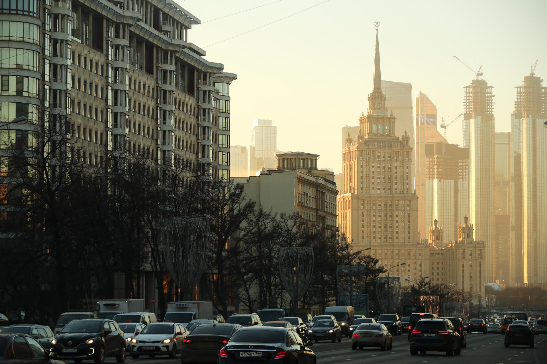 Наиболее дорогой объект — пентхаус площадью более 500 кв.м, расположенный в гостинице «Украина» — по стоимости приближается к 1,5 млрд руб. (данные Savills). На фото: вид на автомобили на Новом Арбате, гостиницу «Украина» и Московский международный деловой центр «Москва-Сити»
