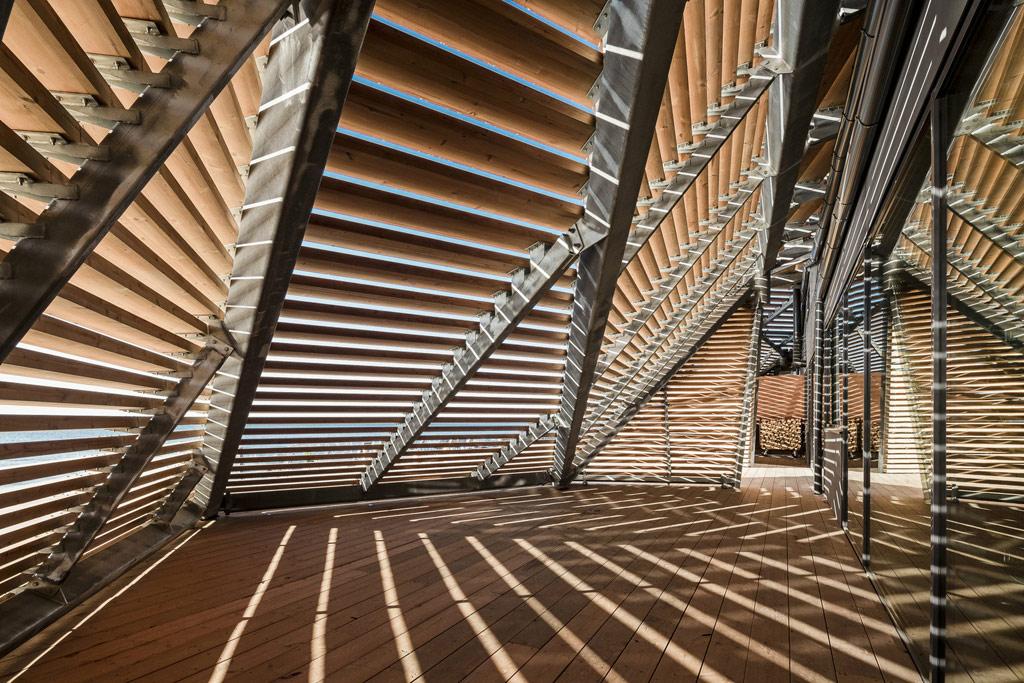 Сауна построена из более чем 4 тыс. сосновых досок. Расположение досок в форме ступеней одновременно уменьшает фасад здания, позволяя ему органично смотреться и на каменистом побережье, и на фоне идущих вдоль пляжа домов