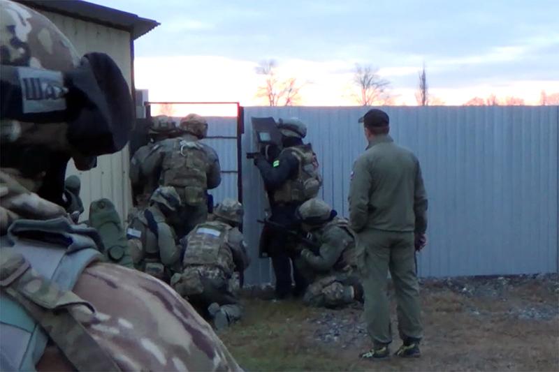 Сотрудники ФСБ вовремя задержания члена преступной группы, связанной сзапрещенной вРоссии международной террористической организацией «Исламское государство»