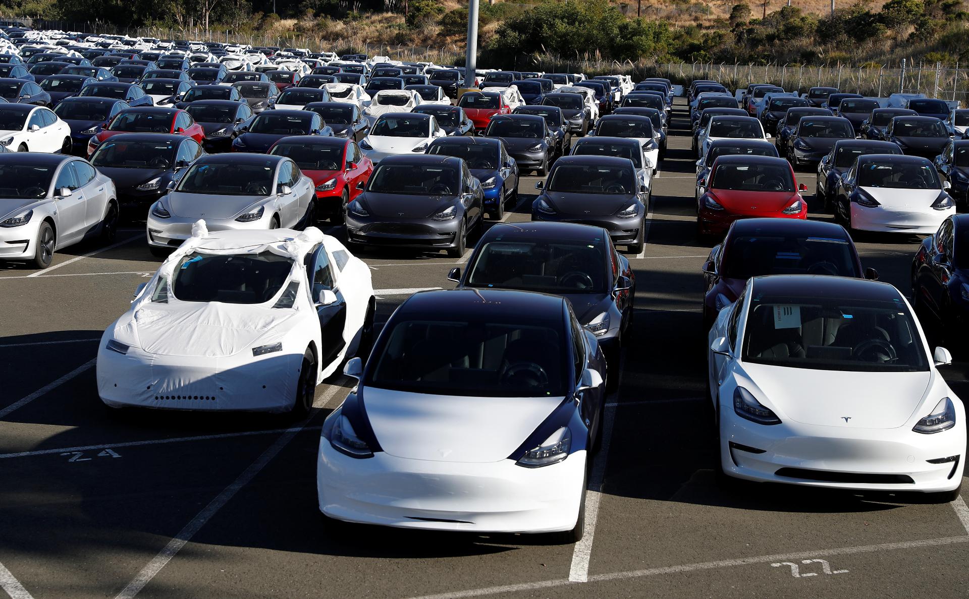 Стоянка с автомобилями Tesla Model 3 в Калифорнии