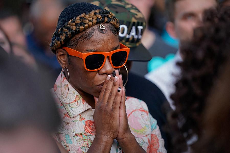 Женщина молится на том месте, где накануне произошла стрельба. Дейтон, Огайо