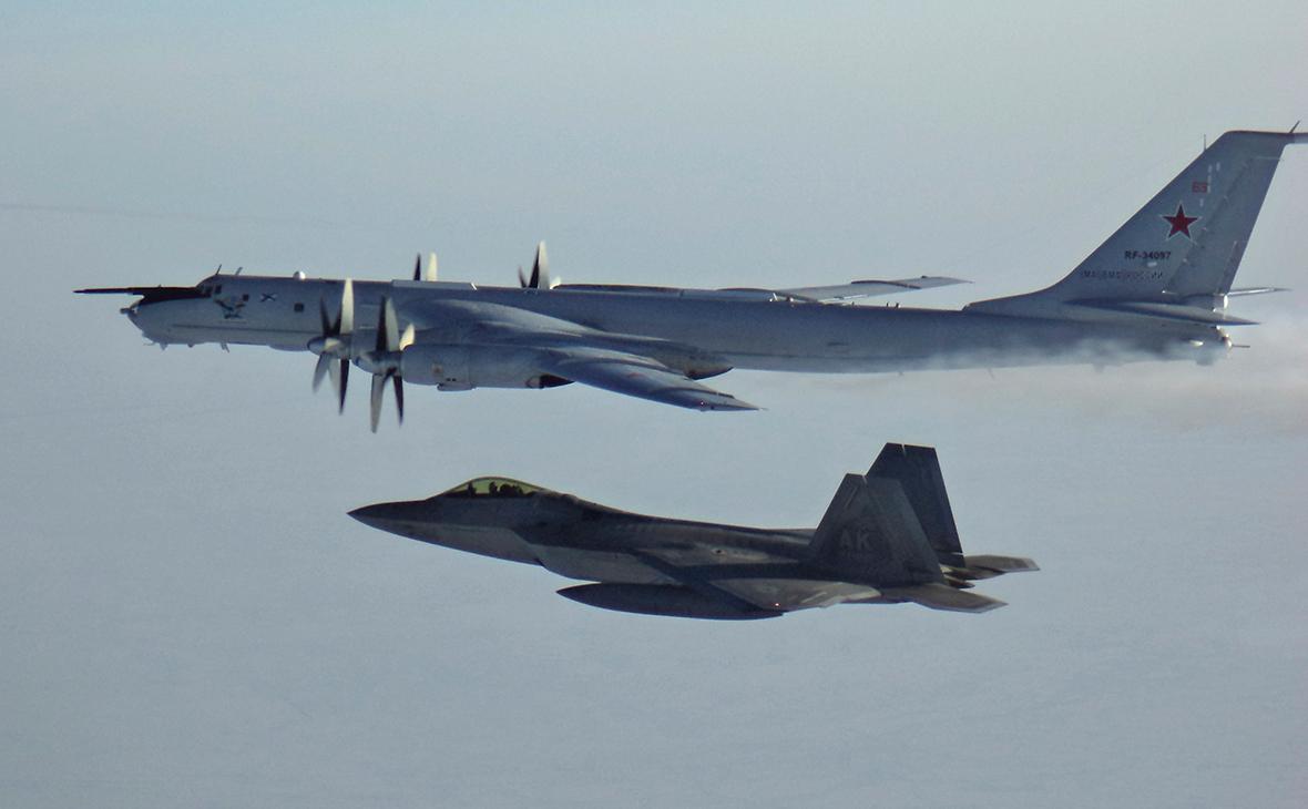Российский самолет Ту-142 (вверху) и американский самолет F-22 (внизу)