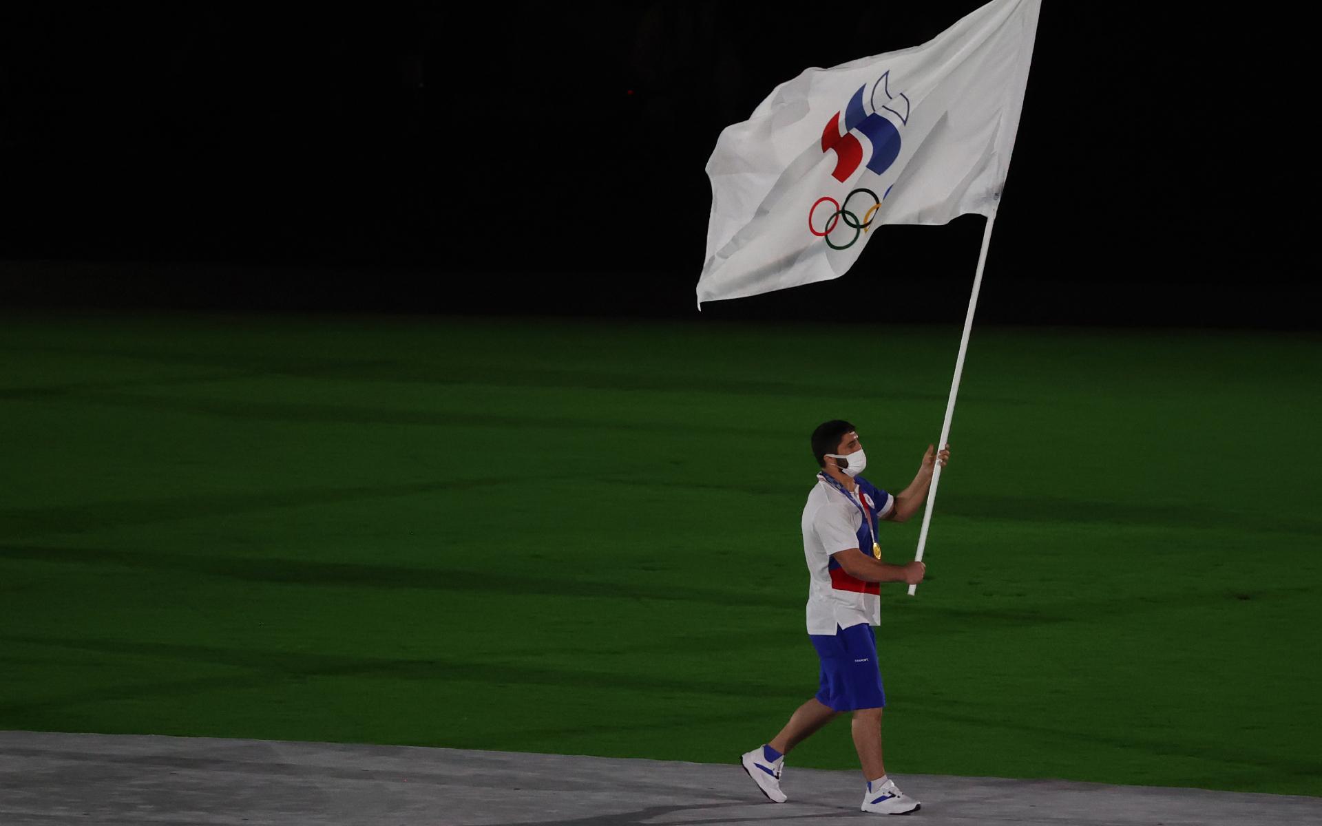 Фото: Знаменосец команды ОКР борец Абдулрашид Садулаев во время парада атлетов на церемонии закрытия Олимпийских Игр на Национальном олимпийском стадионе в Токио (Станислав Красильников/ТАСС)
